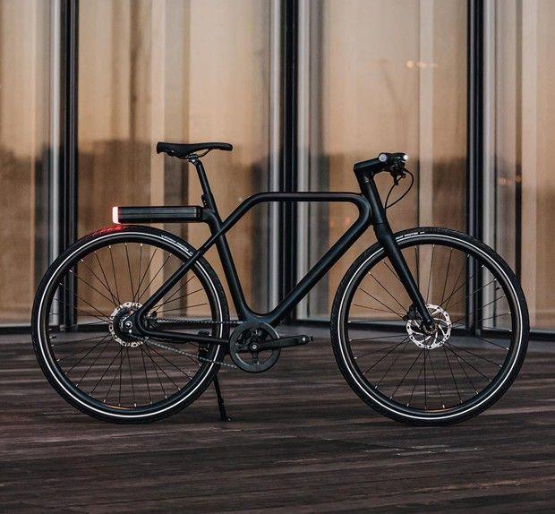 Angell bike a été cofondé en 2019 par Jules Trecco et Marc Simoncini, le fondateur de Meetic. Leur produit qui se veut «l'iPhone du vélo» est vendu au prix de 2.690euros.