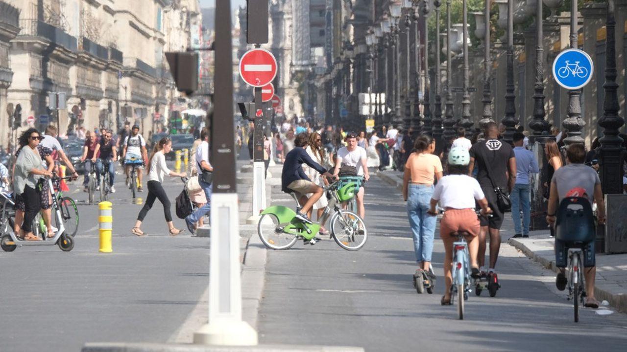 La foule et les cyclistes avenue de Rivoli à Paris, en août2020.