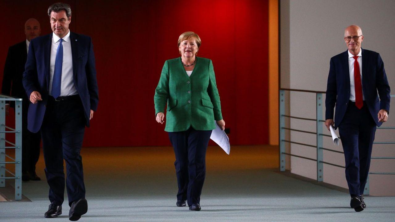 La chancelière Angela Merkel se rend à une conférence de presse le 27 août 2020 avec le Premier ministre de Bavière, Markus Söder, et le premier bourgmestre de Hambourg, Peter Tschentscher.