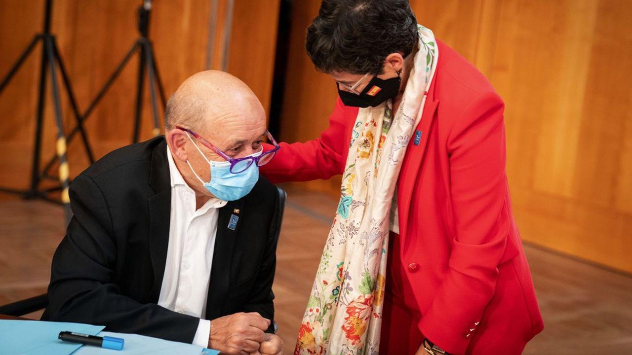Le ministre des affaires étrangères français Jean-Yves Le Drian avec son homologue espagnole, Arancha Gonzalez Laya, alors que démarre un conseil des chefs de la diplomatie européenne à Berlin le 27 août.
