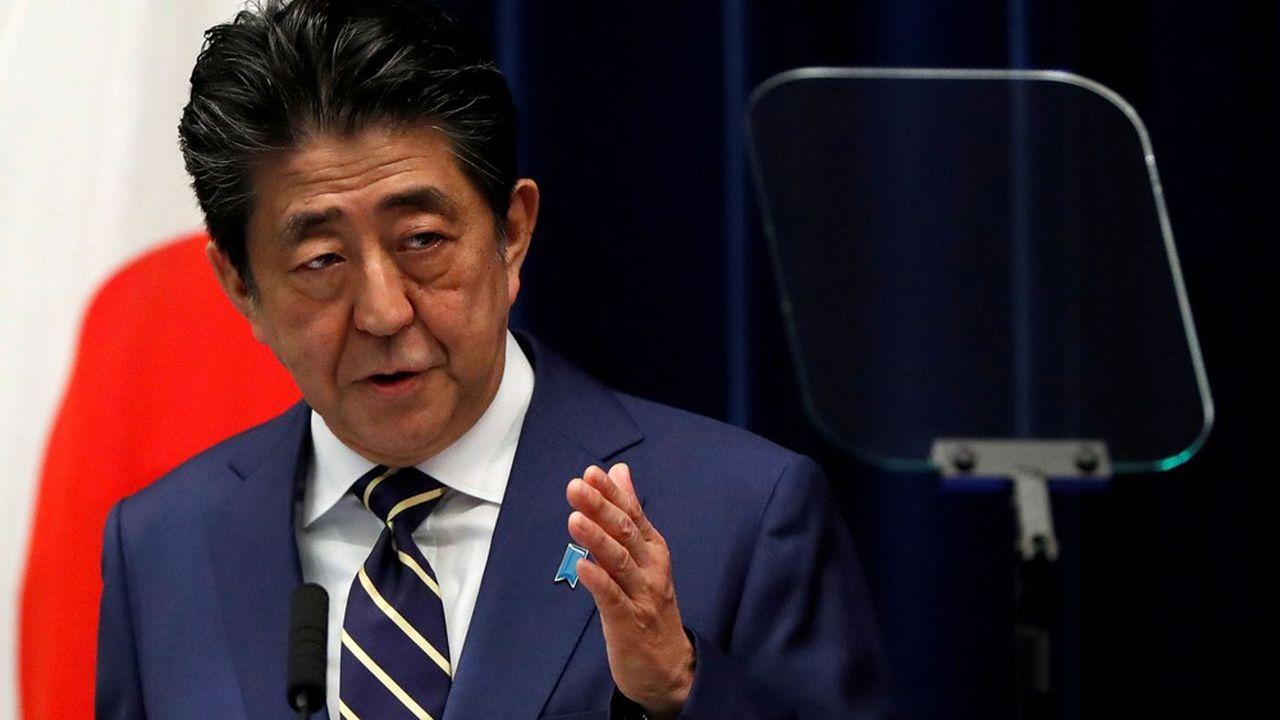 Pour ne pas laisser le pouvoir vacant, Shinzo Abe devrait se maintenir en poste jusqu'à l'élection, dans les prochaines semaines, d'un nouveau leader au sein de son parti qui prendra dans la foulée la tête de l'exécutif.