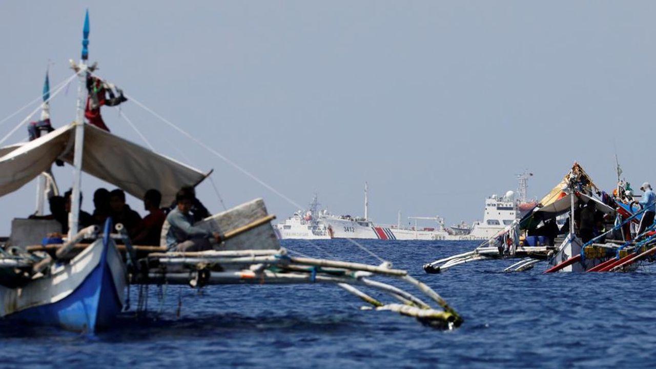 Des navires militaires chinois (au second plan) en patrouille en mer de Chine méridionale. Des exercices militaires tenus la semaine dernière par la Chine ont suscité un regain de tensions avec les Etats-Unis.