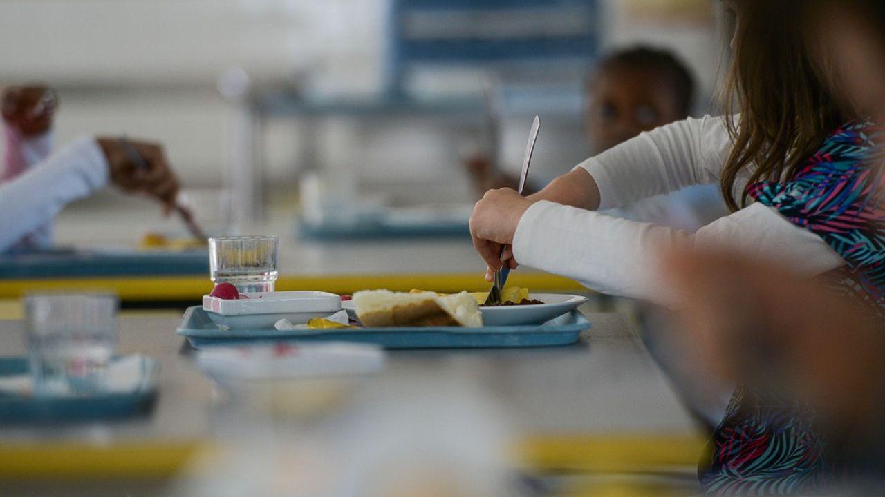 A la cantine, les élèves doivent éviter de se trouver face à face ou côte à côte, et plutôt être assis «en quinconce» pour qu'il y ait le plus de distanciation entre eux «quand cela est matériellement possible».