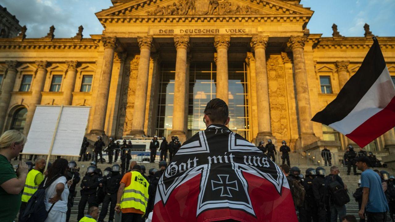 Plusieurs centaines de manifestants d'extrême droite ont voulu prendre d'assaut samedi en fin d'après-midi le Reichstag, siège du Parlement allemand. (Photo by John MACDOUGALL/AFP)
