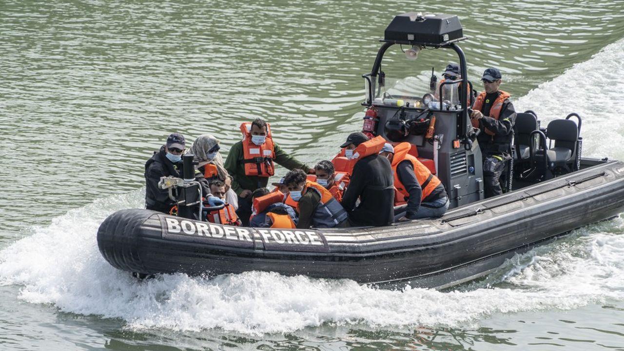 Des demandeurs d'asile tentant le passage en Angleterre par la Manche sont secourus par un bateau des gardes-côtes britanniques au large de Douvre.