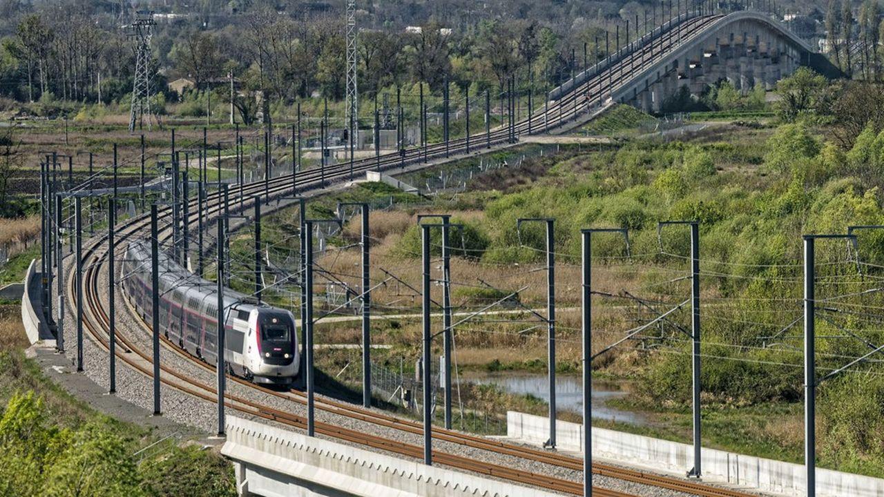 Essai de la nouvelle rame de TGV sur la ligne à grande vitesse LGV Tours-Bordeaux au niveau du nouveau Pont de la Dordogne.