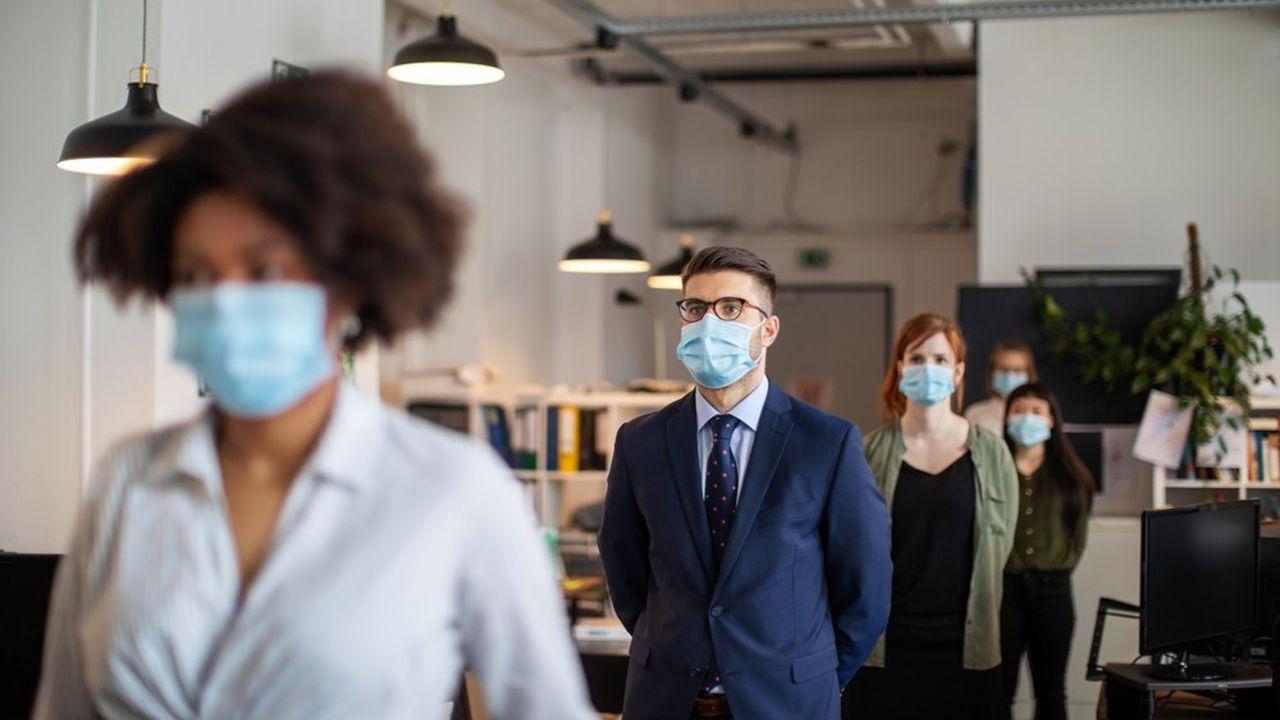 Distanciation sociale, masque, télétravail, extracteur, le quotidien des salariés.
