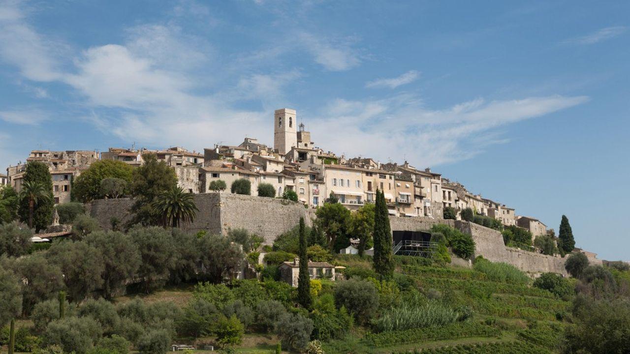 Les villages huppés de l'arrière-pays niçois et cannois comme Saint-Paul-de-Vence (photo), Mougins, Valbonne, Opio sont prisés en résidence secondaire comme en principale. Mais les prix y sont élevés.