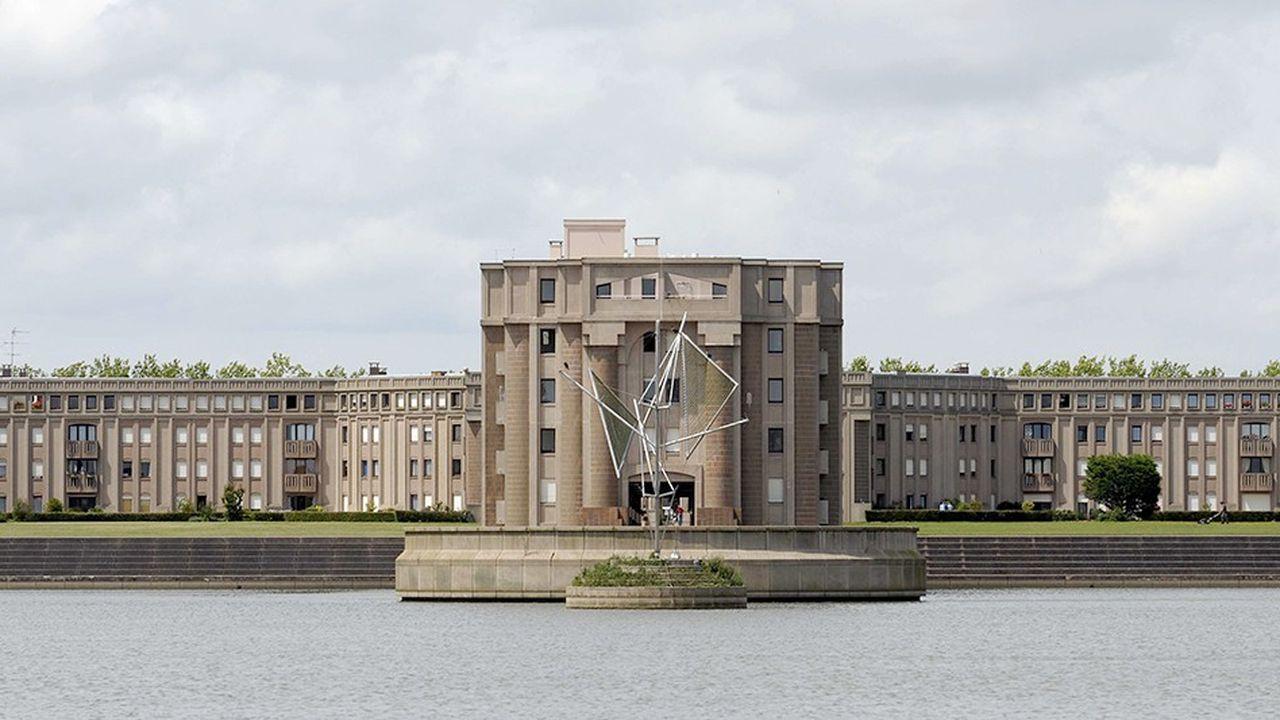 Le bassin de la Sourderie et les immeubles des Arcades du Lac, imaginés par l'architecte Ricardo Bofill à Montigny-le-Bretonneux.