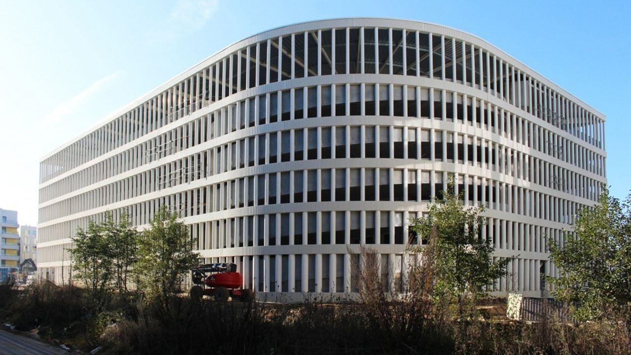 Pour réduire les nuisances visuelles, les façades sont formées par une succession de colonnes en béton blanc qui atténuent fortement la visibilité des véhicules au loin.