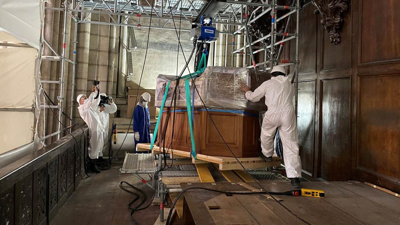 Dépose de la console du grand orgue de la cathédrale Notre-Dame de Paris, le 3août 2020.