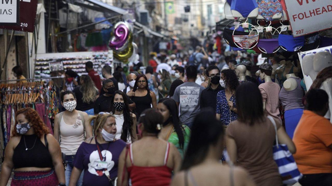 La foule continue à arpenter les rues commerciales de São Paulo malgré la pandémie