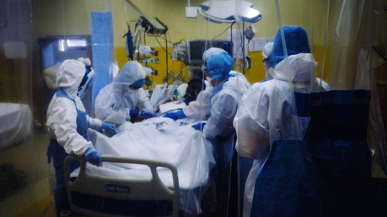 Une équipe médicale auprès d'un patient atteint du Covid-19 à l'hôpital franco-britannique de Levallois-Perret (Hauts-de-Seine).