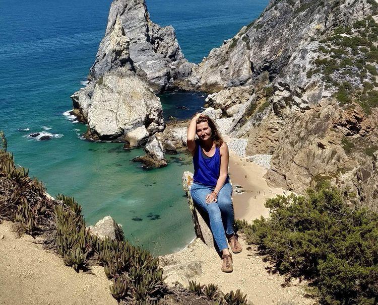 Jen devant la réputée plage d'Ursa, au Portugal.
