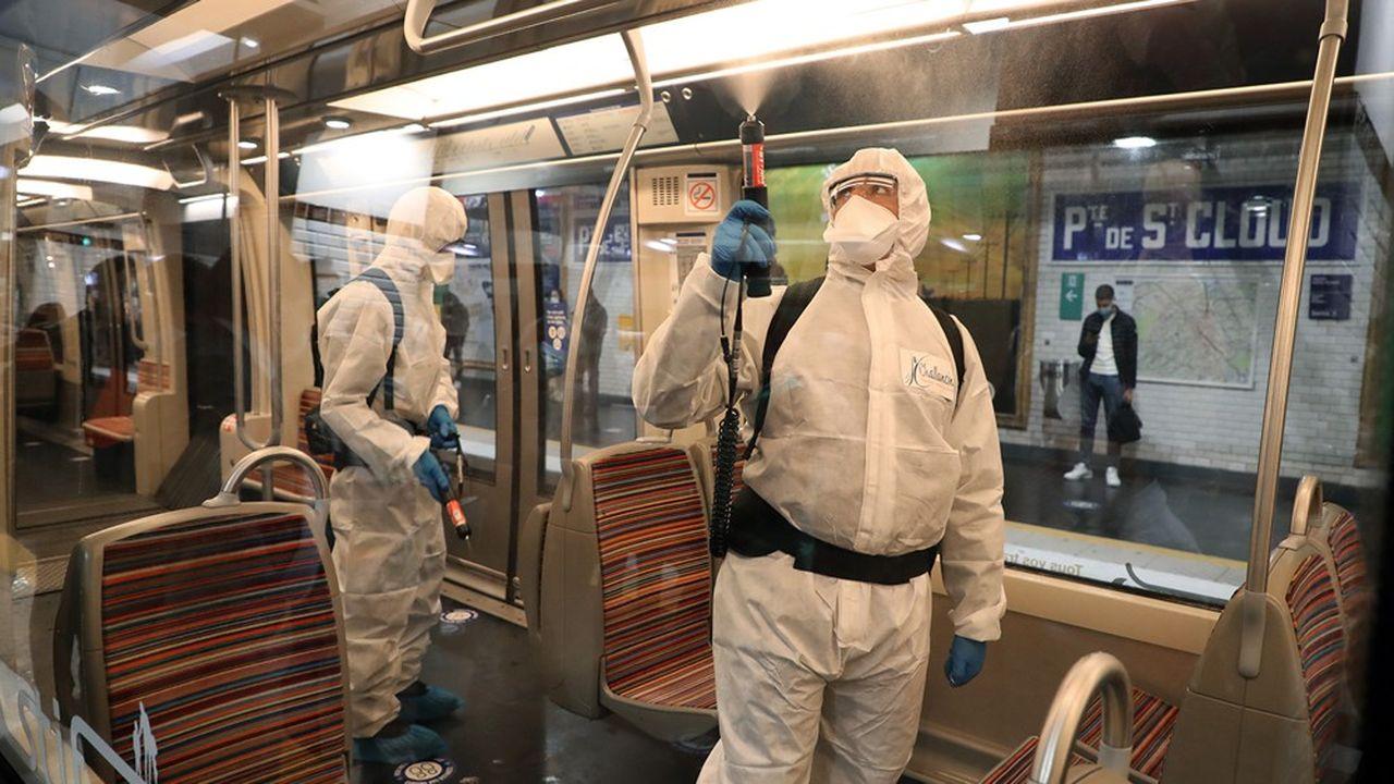 Les agents de la RATP emploient chaque nuit un procédé de nébulisation de virucide sur les parois et sièges des rames. Au départ utilisé pour les bus et trams, le procédé a été étendu cet été à toutes les lignes de métro.