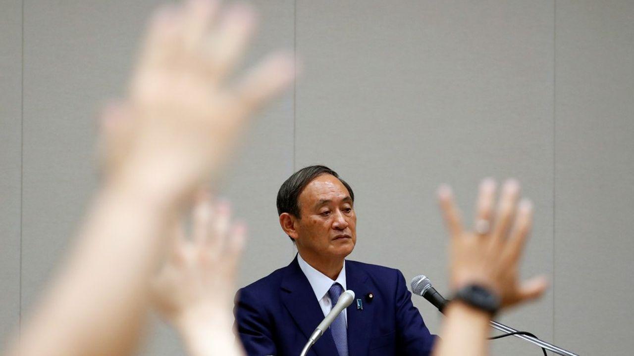 Yoshihide Suga, l'austère «numéro deux» du gouvernement sortant, sait déjà qu'il va très probablement prendre la tête du pays à la place de Shinzo Abe.