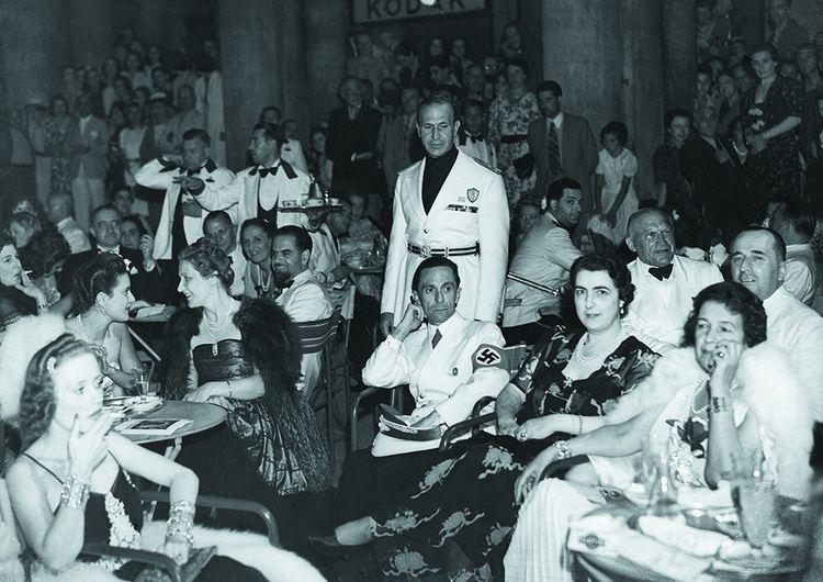 En 1939, Goebbels (assis au milieu) s'invite à la 7e Mostra. À sa gauche, sa femme, Maria Goebbels et tout à droite, Nerina Volpi, la femme du président de la Biennale, le comte Giuseppe Volpi di Misurata.