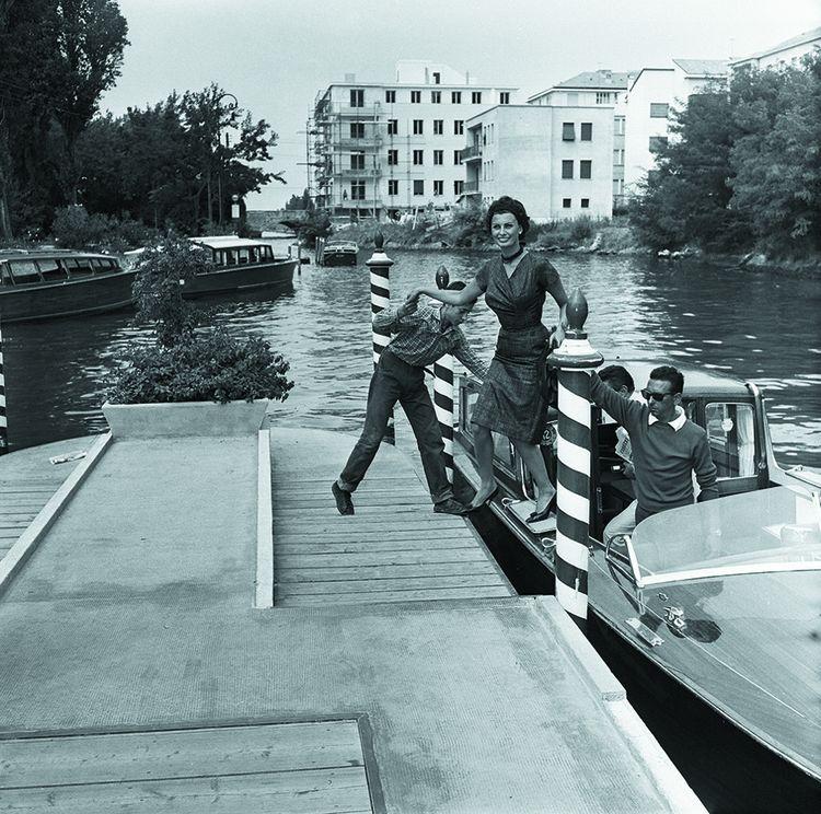 Glamour et décontraction: une des formules du festival vénitien. À l'instar de Sophia Loren descendant d'un motoscafo pour aller à la Mostra de 1958…
