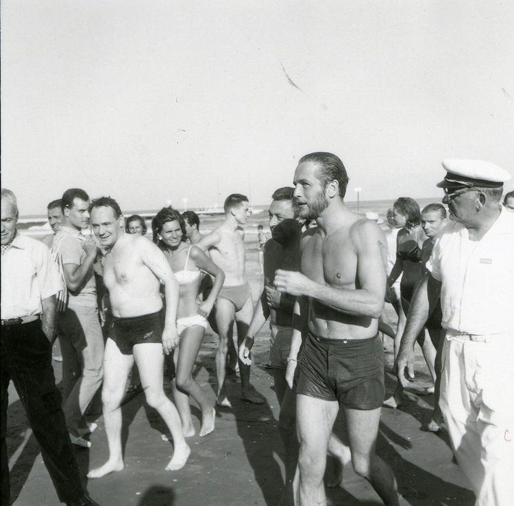 Paul Newman en 1963, remontant de la plage, parmi les autres baigneurs du Lido.