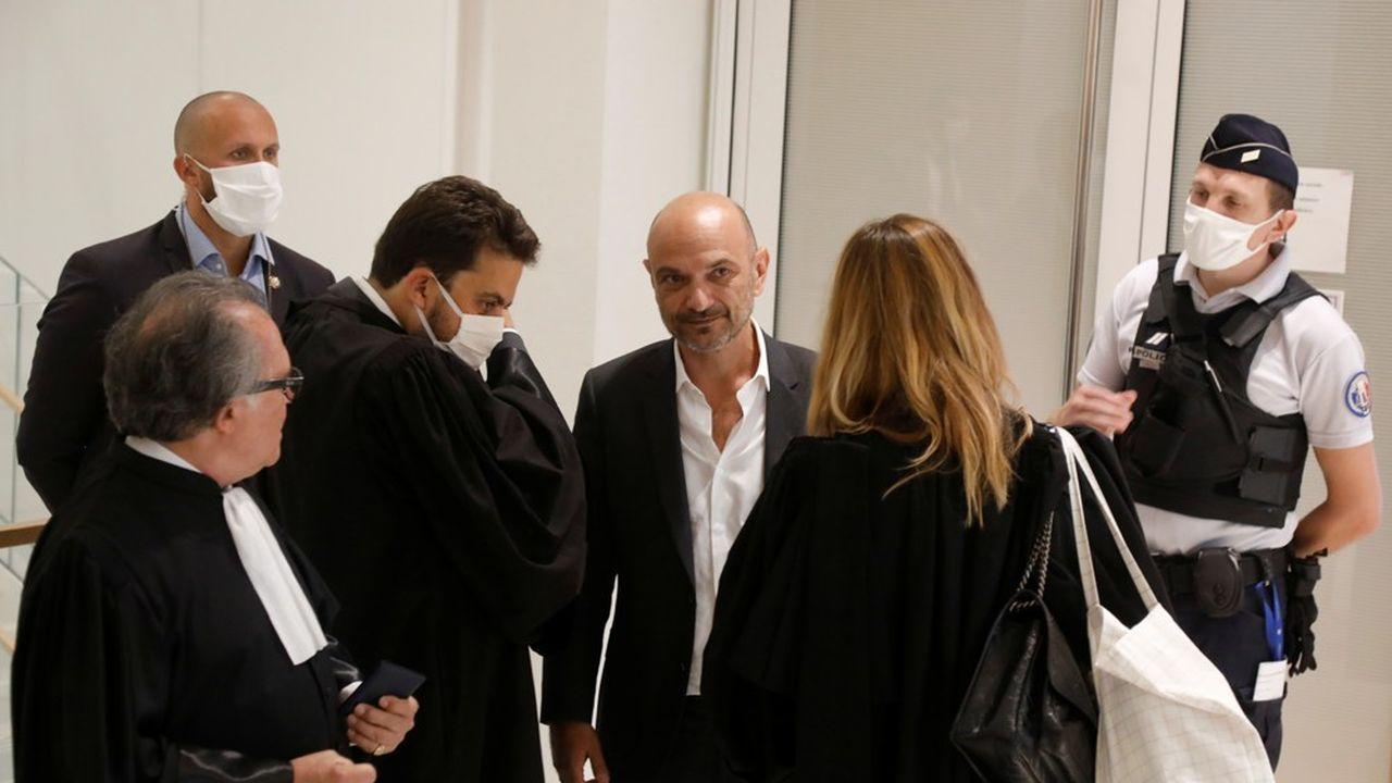Richard Malka (au centre), l'avocat historique de «Charlie Hebdo» à son arrivée au tribunal.