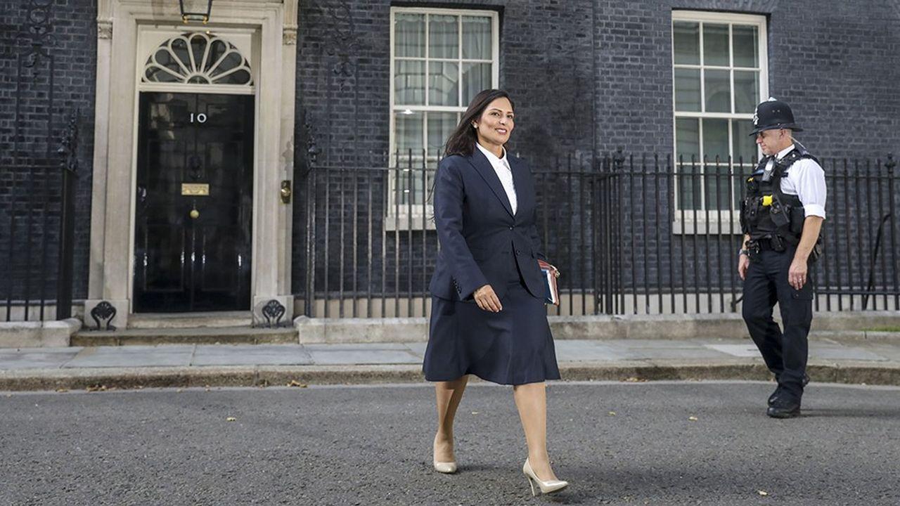 Priti Patel, ministre de l'Intérieur du gouvernement Johnson, photographiée devant le 10, Downing Street le 24 juillet 2019, jour de sa nomination.