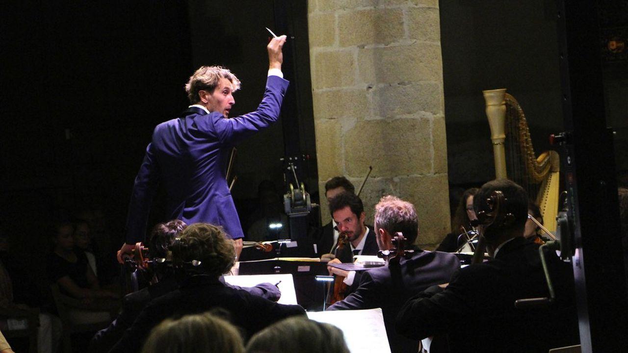 Clément Mao-Takacs dirigeant le Sécession Orchestra dans l'église Saint-Cornély de Carnac.