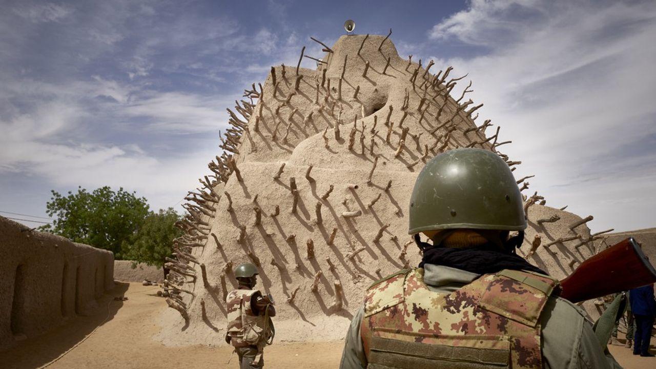 Les forces maliennes réunissent environ 50.000 hommes dont 18.000 hommes pour l'armée de terre, 9.000 pour la garde nationale et 2.700 pour l'armée de l'air. S'ajoutent 16.000 policiers et gendarmes. Des hommes qui paient un lourd tribut. On estime à 2.000 le nombre de personnes tuées, civils et militaires, depuis le début de l'année.