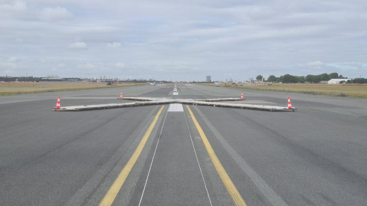 La plus longue piste de l'aéroport de Paris-Le Bourget, en Seine-Saint-Denis, premier aéroport d'affaires en Europe, sera entièrement rénovée pour octobre2020.