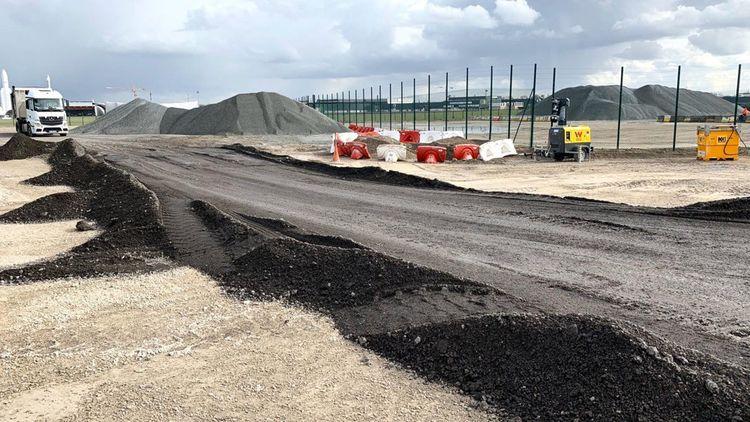 Sur cette piste de 60 mètres de large, l'équivalent de 40.000 tonnes d'enrobés pour l'aéronautique seront coulées.
