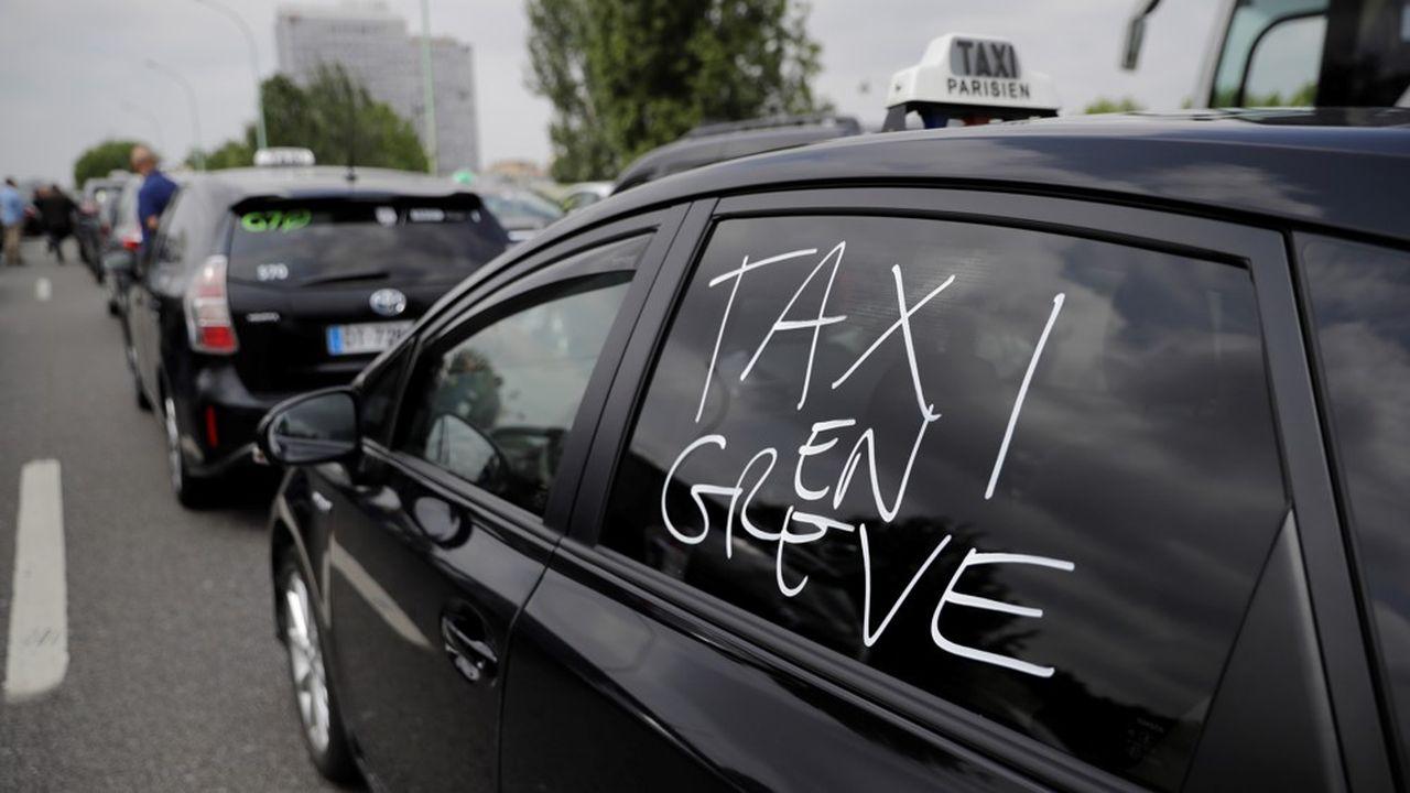 Après un bras de fer dans la rue, les chauffeurs de taxi ont décidé d'assigner collectivement Uber devant le tribunal de commerce de Paris pour concurrence déloyale.