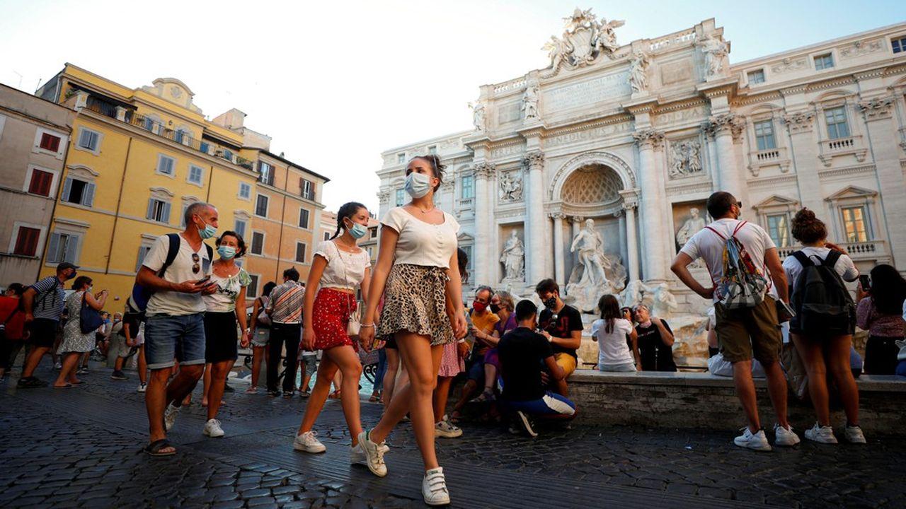 L'épidémie a été très bien contenue durant les mois d'été, notamment grâce à l'obligation de port du masque dans les lieux fréquentés. Ici devant la fontaine de Trevi à Rome