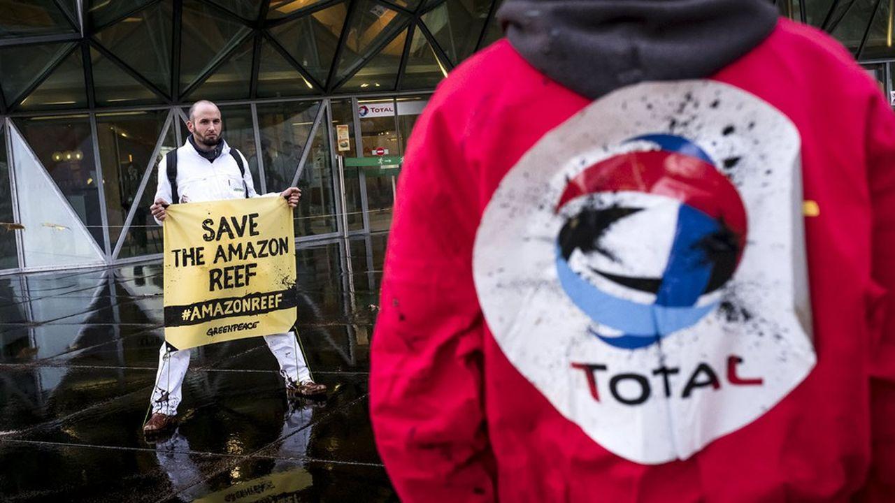 Greenpeace dénonce le projet d'exploration de Total au Brésil depuis plusieurs années (ici une manifestation devant le siège du groupe à la Défense en 2017).