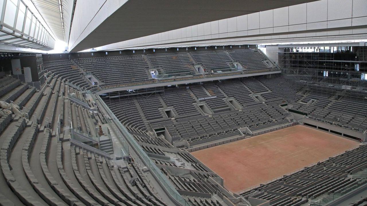 Pour son inauguration, le nouveau court central Philippe Chatrier, qui a été doté d'un toit rétractable, ne recevra, Covid-19 oblige, que 5.000 spectateurs alors que sa capacité est de 15.000 places.