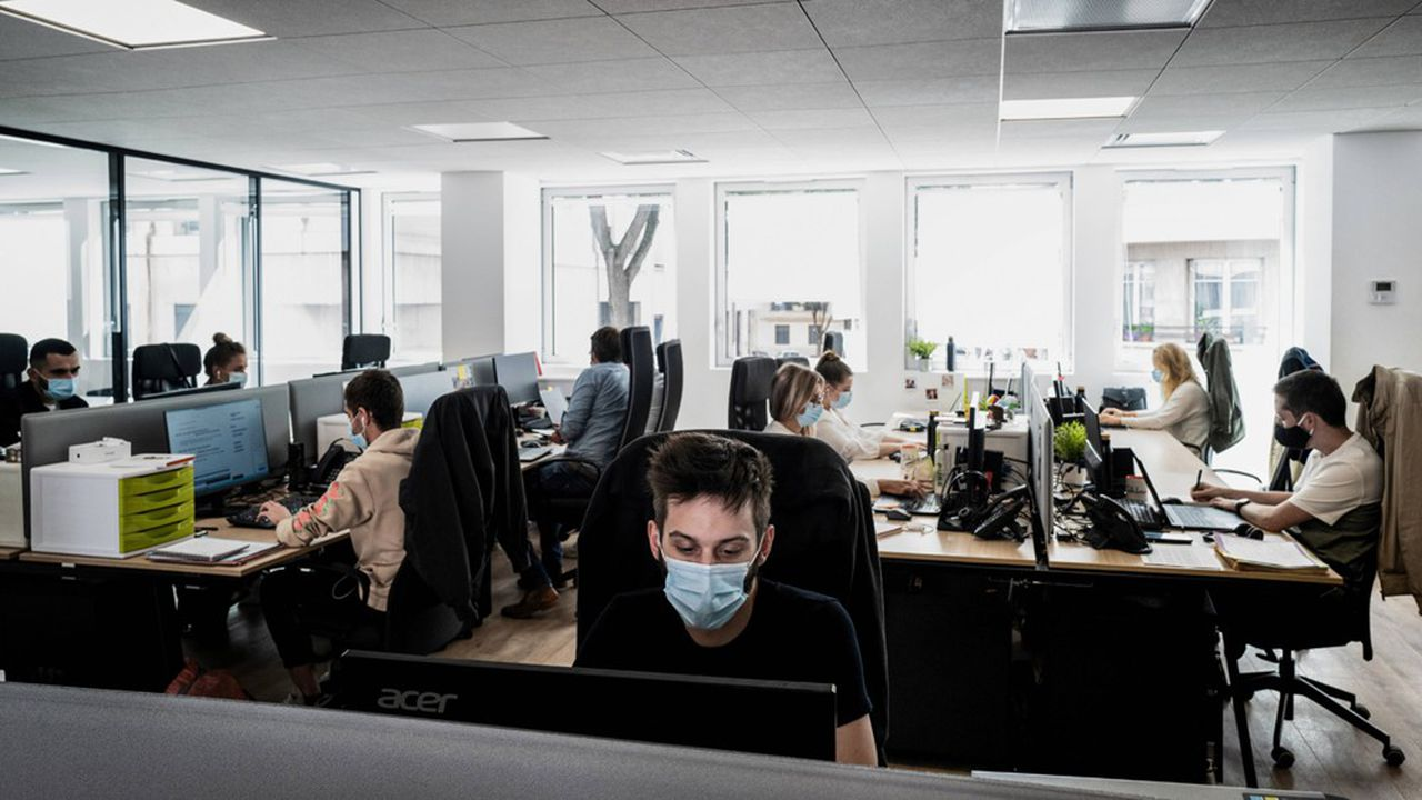Le document rappelle notamment que l'employeur doit fournir à son personnel masques et autres matériels de protection et qu'il doit informer ses salariés sur leurs obligations.