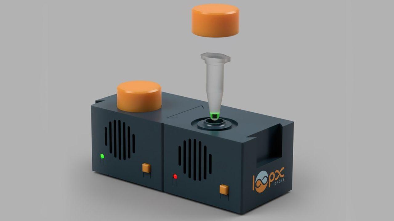 Sous la forme d'un petit boîtier d'un petit boîtier de la taille Rubik's Cube, surmonté d'un bouton orange, le kit, portable et autonome, traite le prélèvement nasopharyngé de l'écouvillon placé à l'intérieur.