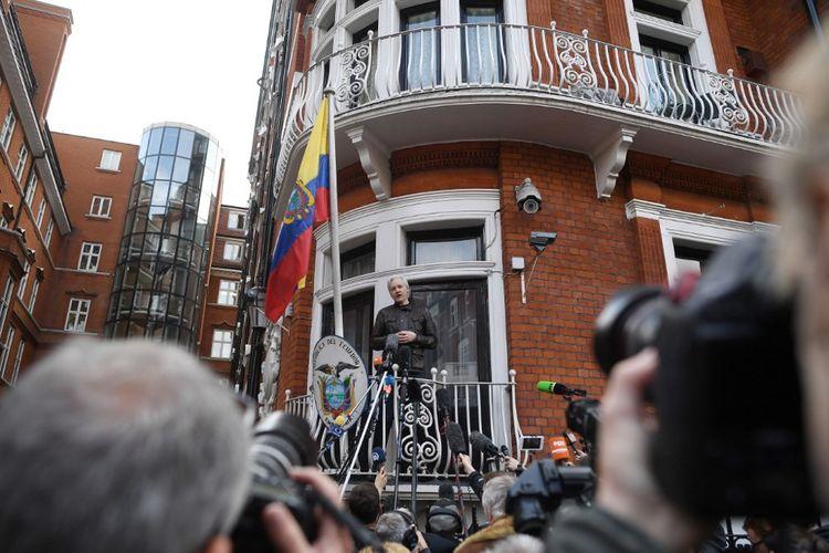 Julian Assange s'exprimant devant la presse en 2017 depuis un balcon de l'ambassade d'Equateur à Londres.
