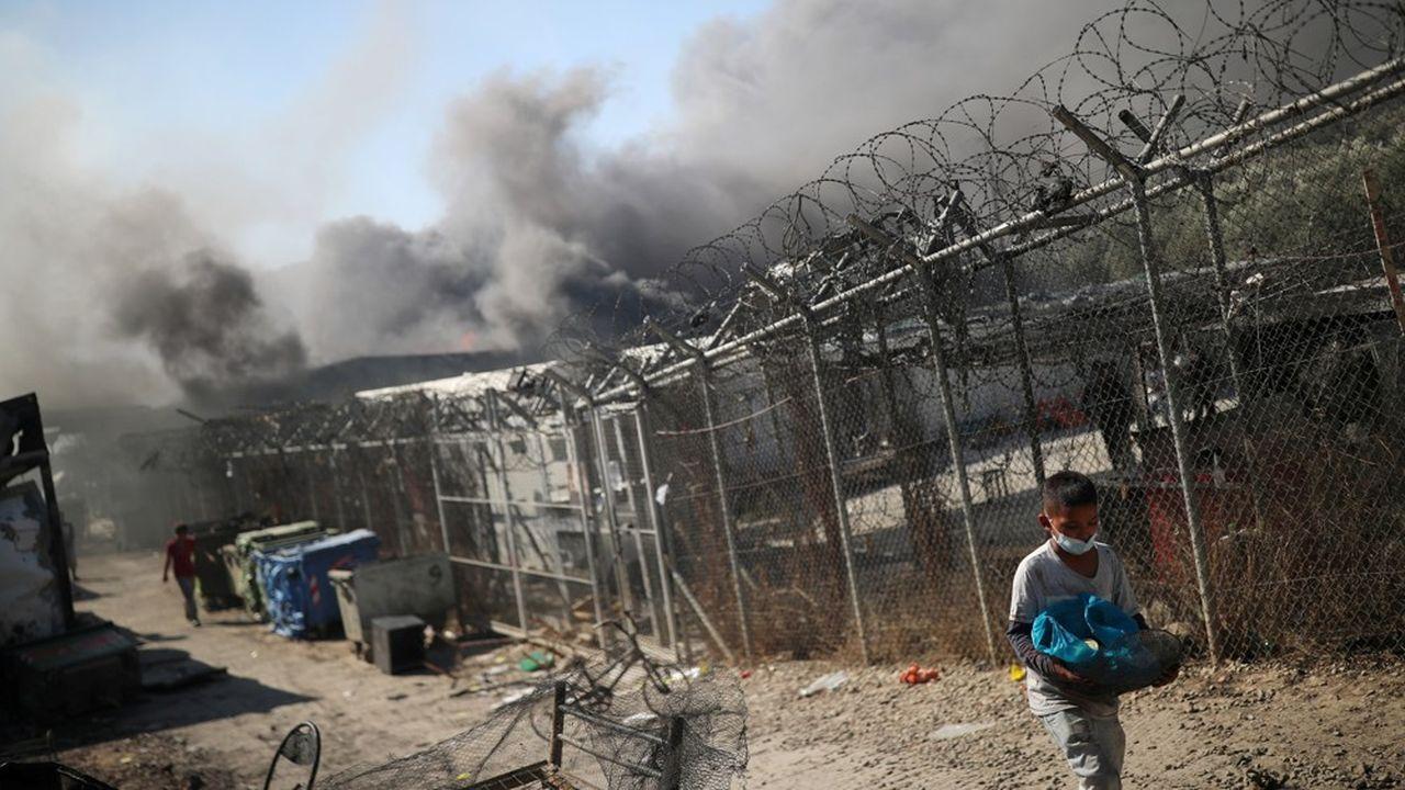 Des milliers de migrants entassés sur l'île grecque de Lesbos se retrouvent sans abri ce mercredi, après un énorme incendie qui a ravagé au petit matin Moria, le plus grand camp de réfugiés de Grèce.