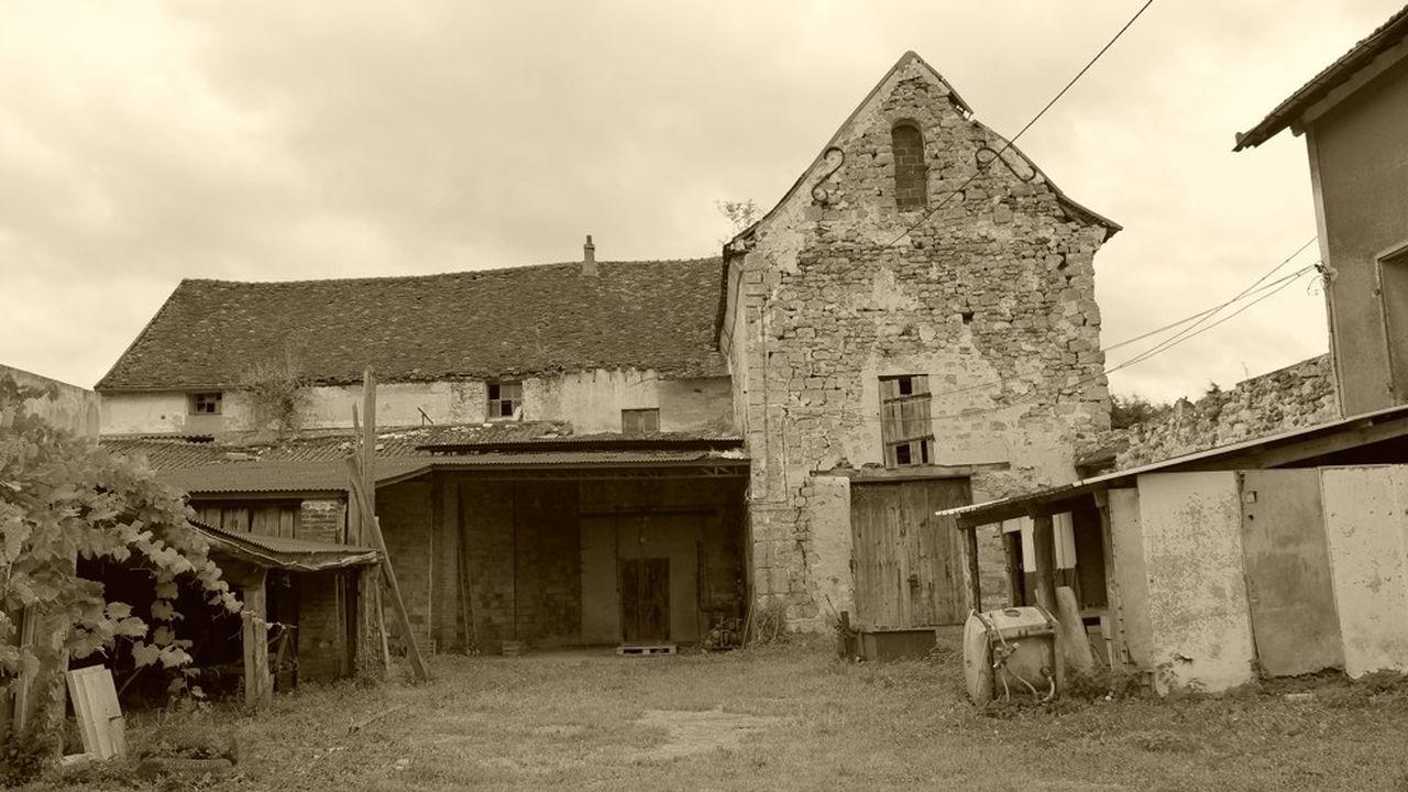 Resté à l'abandon de longues années, après avoir servi de hangar, le bâtiment est en très mauvais état.
