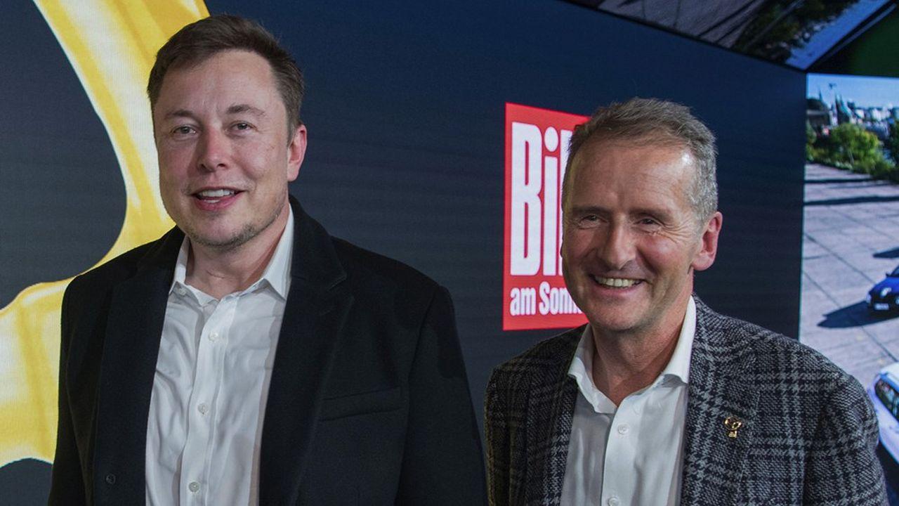 Le patron de Volkswagen Herbert Diess (à droite) s'affiche volontiers avec le patron de Tesla, Elon Musk, modèle et rival du constructeur allemand qui prévoit de produire jusqu'à 1,5million de véhicules électriques en 2023.