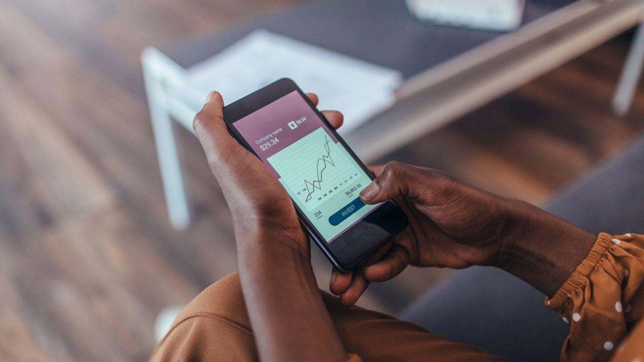 De nouvelles applications permettent d'investir en Bourse depuis son téléphone, en quelques clics.