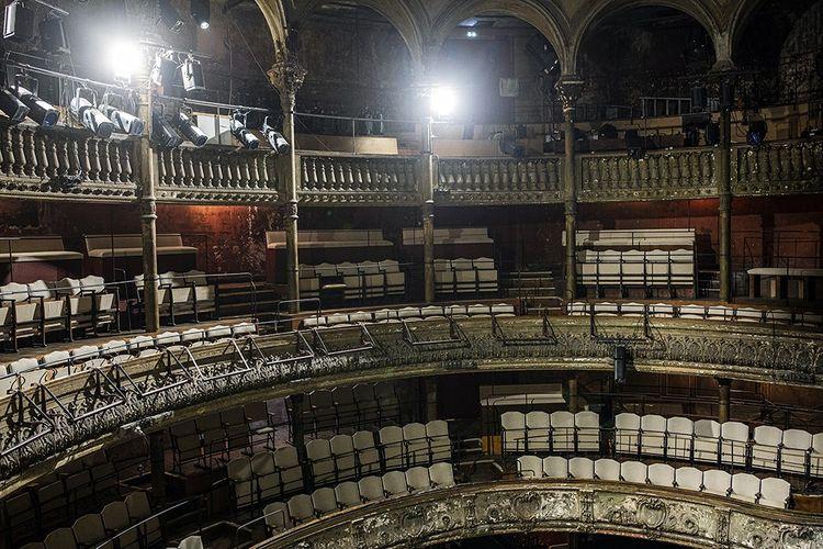 Les Bouffes du Nord. Le théâtre avait été volontairement peu restauré par Peter Brook.