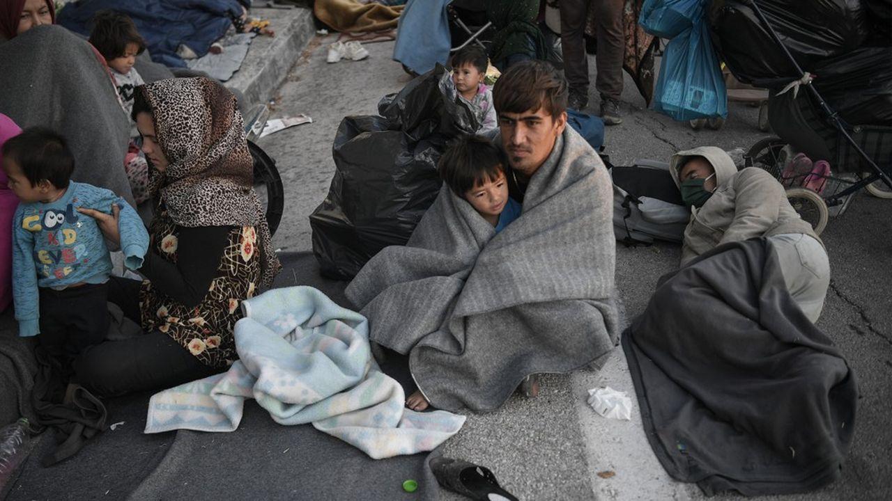 Les demandeurs d'asile qui ont fui le camp de Moria en feu ont passé la nuit au bord de la route qui mène au port de Mytilène
