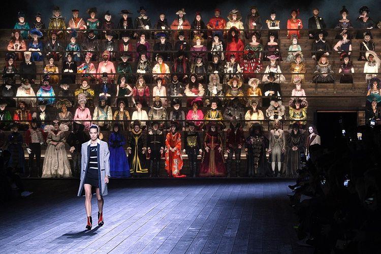 Défilé Louis Vuitton, prêt-à-porter automne-hiver 2020-21, le 3 mars dernier à Paris. Derrière le modèle, une estrade avec des figurants en habits, du xve siècle aux années 1950.