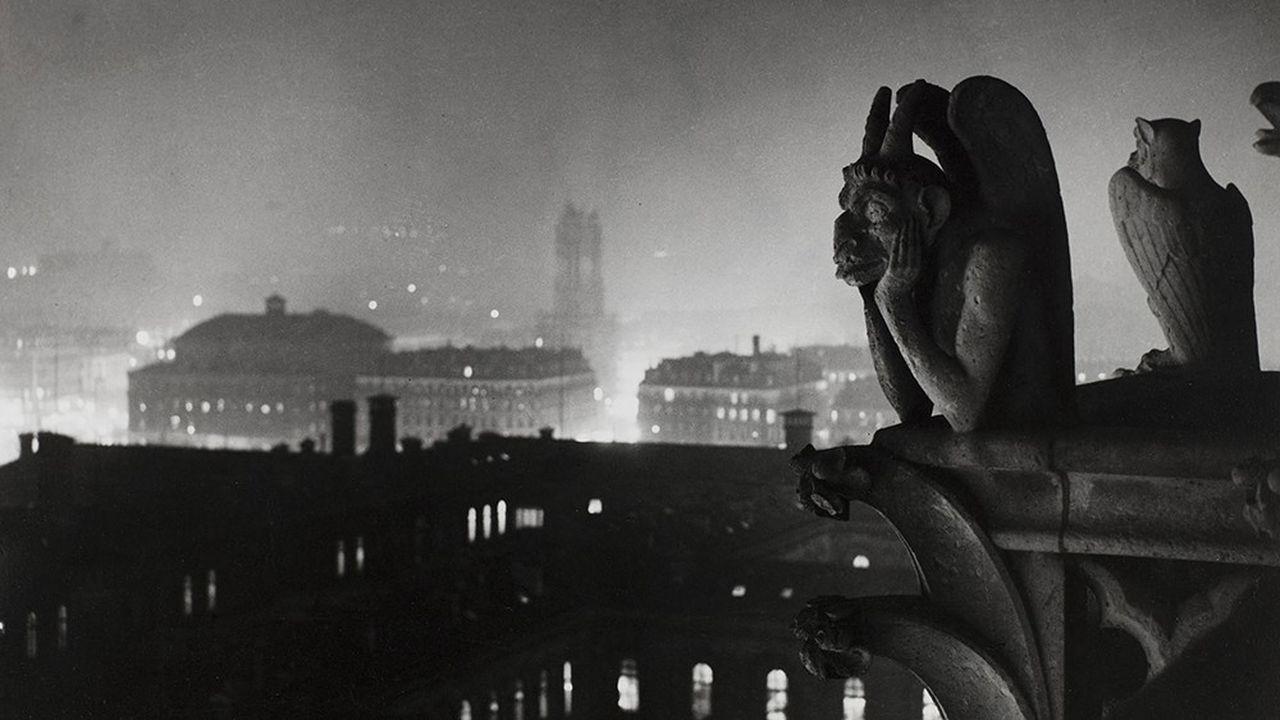 Brassaï (Halasz Gyula, dit - 1899-1984). 'Vue nocturne de Notre-Dame sur Paris et la tour Saint-Jacques'. Photographie noir et blanc.1933. Paris, musée d'Art moderne.