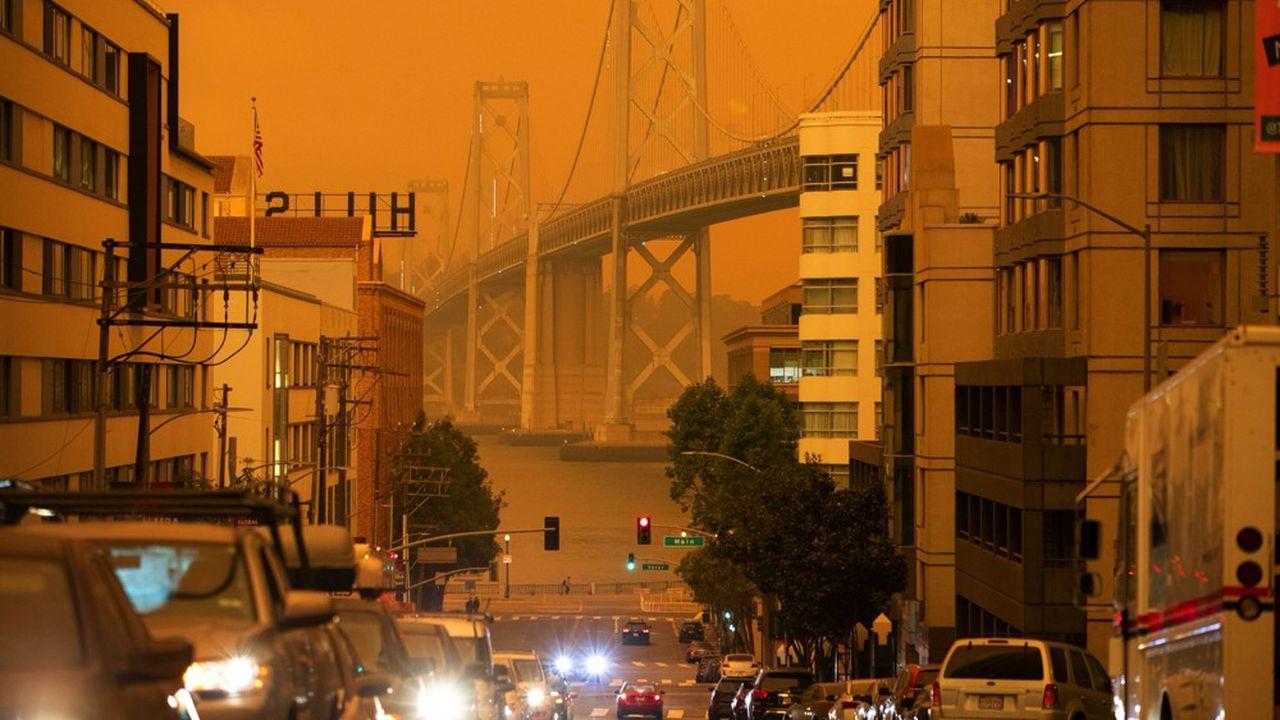 Le Bay Bridge reliant San Francisco à Oakland sous un ciel orange provoqué par la fumée des incendies en Californie mercredi 9septembre.