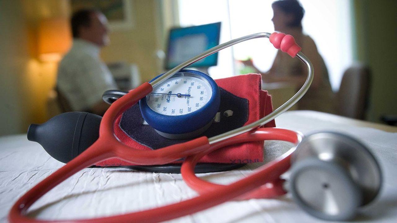 Les médecins peuvent accéder au statut assimilé salarié et cotiser au régime général pour leur fonction de mandataire social, mais cela ne les dispense pas de continuer à cotiser pour leurs actes médicaux auprès de la caisse des médecins, la CARMF.