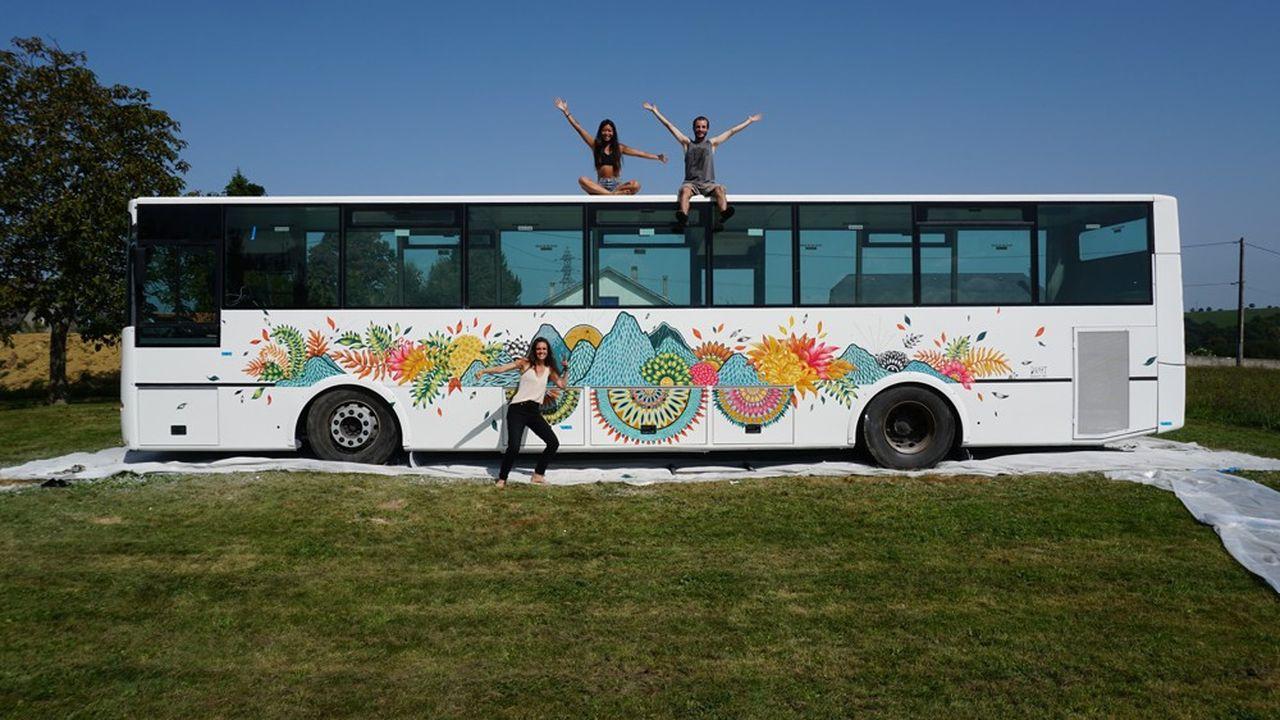 A l'extérieur du bus, une magnifique fresque végétale habille les parois conférant à l'ensemble un look New Age.