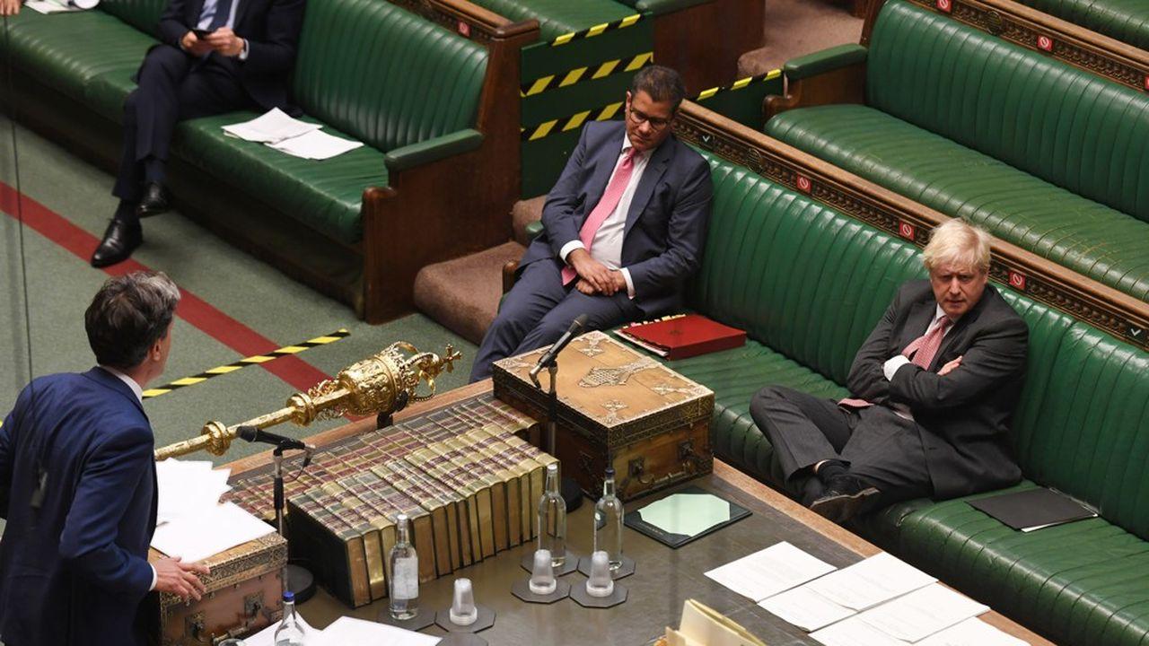 «Le Premier ministre veut unifier son pays. Il peut se vanter d'avoir, en un peu moins d'un an au pouvoir, uni contre lui ses cinq prédécesseurs», a raillé l'ex-dirigeant du Labour, Ed Miliband (à gauche, de dos).