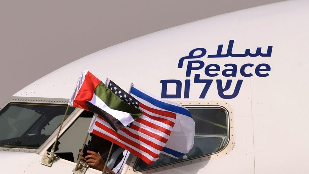 Le 31août 2020, un avion commercial d'El Al atterrit à Abu Dhabi. Les drapeaux d'Israël, des Emirats et des Etats-Unis flottent du cockpit. Le mot paix, écrit en arabe, hébreu et anglais, est inscrit sur la carlingue.