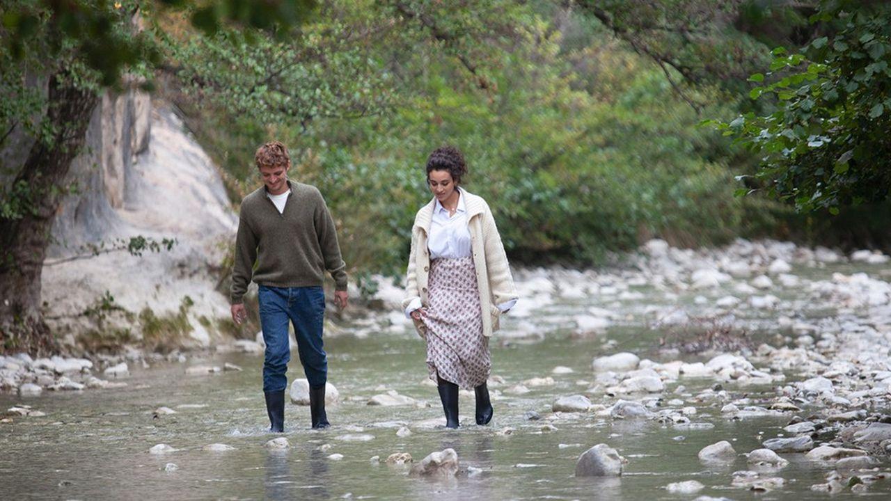 Dans le plan romantique (qui illustre l'affiche du film), Niels Schneider et Camelia Jordana marchent côte à côte dans le flux d'un torrent.